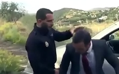 POLICIA LO FOLLA POR PAJERO