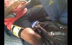 Macho com a perna aberta e a mala marcada