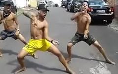 Trio dan&ccedil_ando na rua