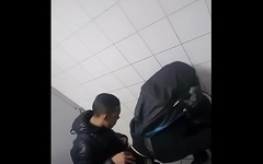 Mamando o amigo h&eacute_tero do trabalho no banheiro do metr&ocirc_