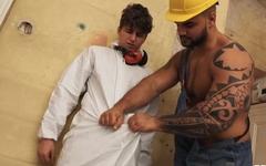 Tattooed construction worker screws handsome twink